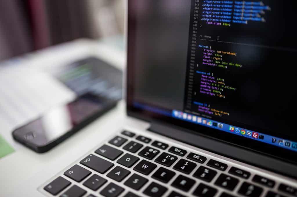ordenador con código