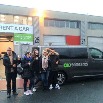 La primera familia que alquila un vehículo en la oficina OK Rent a Car de Bilbao