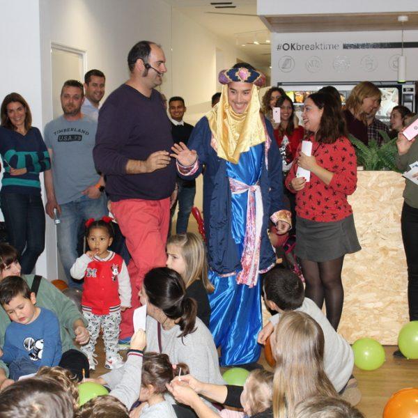 El paje real recibe a los niños y niñas en la OK Kids Party