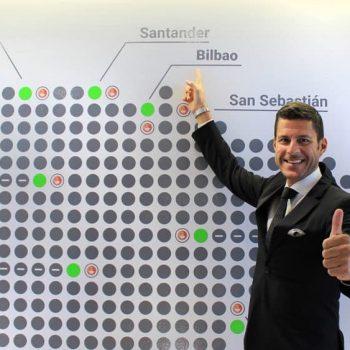 Othman Ktiri, Presidente Ejecutivo de OK Group, señala la nueva oficina de Bilbao