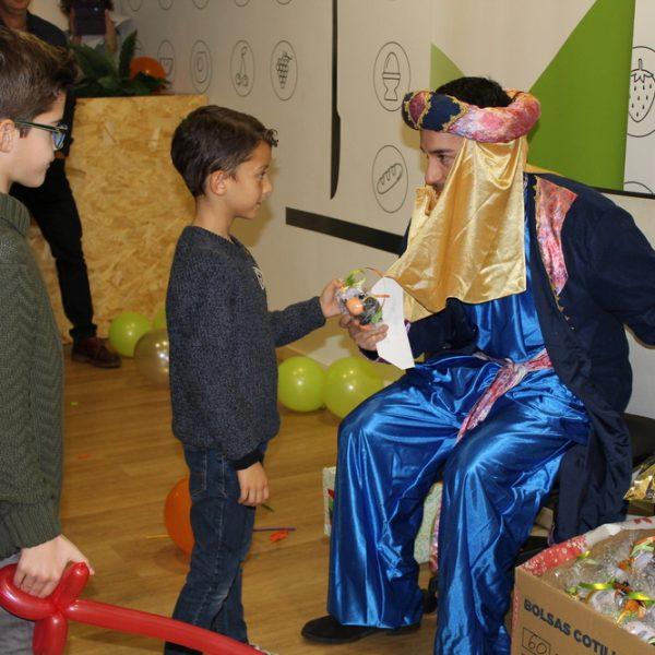El paje real entrega regalos a los niños y niñas en la OK Kids Party