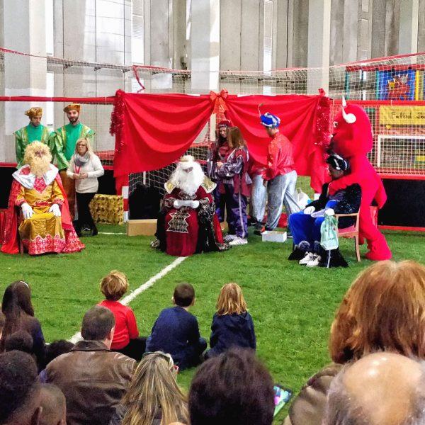 Los Reyes Magos reparten regalos en el estadio de Son Moix